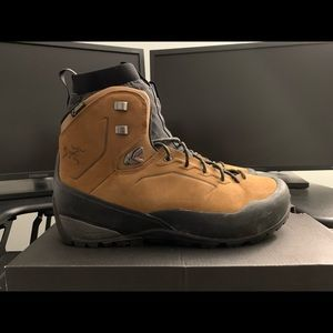 Arc'teryx Bora Mid Leather GTX Boot